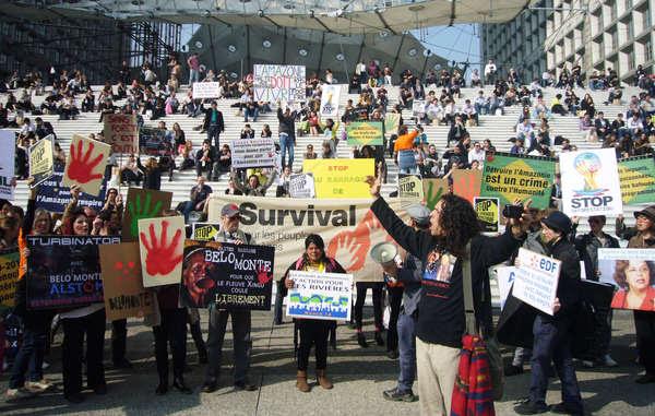 A indígena brasileira Sônia Guajajara e mais de cem apoiadores se manifestaram em Paris hoje, contra a construção de mega-barragens na Amazônia brasileira