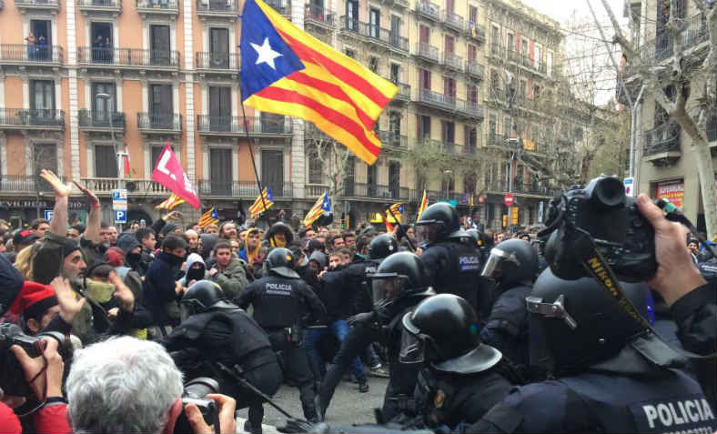 Police charge protesters in Barcelona on Sunday 25 March. Photo: Twitter/@foreign_cat
