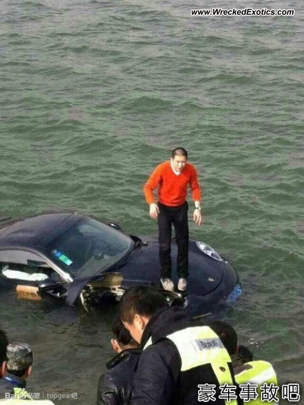 Driver escapes sinking Porsche 911 in Jinan China