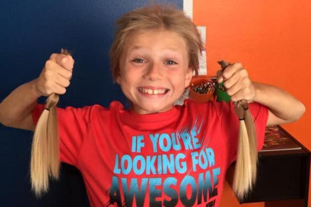 Menino deixa o cabelo crescer para fazer perucas para crianças com câncer Reprodução/Facebook Deeanna Thomas
