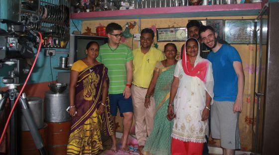 Los autores, con una familia de Surat.