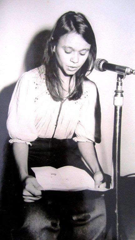 Leyendo un poema erótico en La Habana, 1981. Foto Sonia Pérez