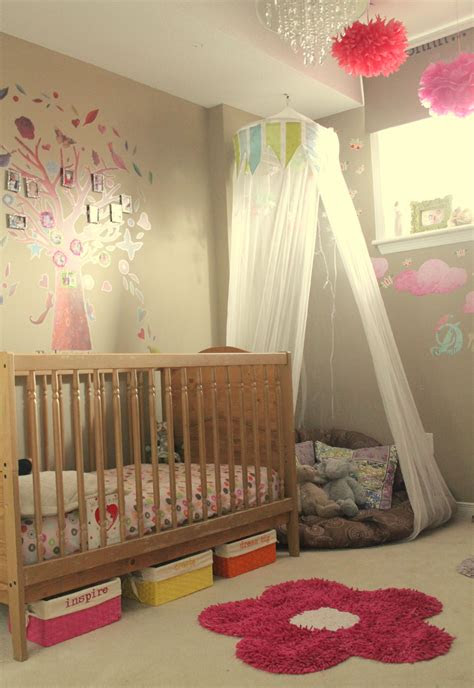toddler girls room    corner cushion  netting