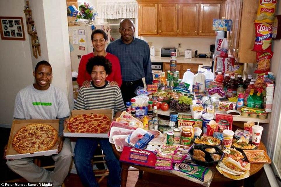 Αμερική: Η οικογένεια Revis από τη Βόρεια Καρολίνα περάσετε £ 220 για το εβδομαδιαίο κατάστημα τροφίμων που περιλαμβάνει πολλές fast food φαγητό σε πακέτο