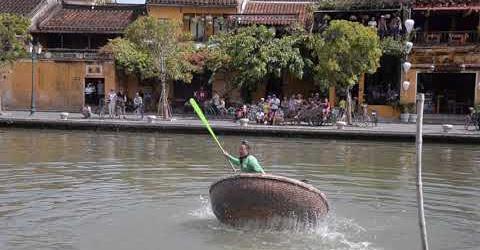 Trải nghiệm lắc thuyền thúng ở phố cổ Hội An (giao lưu văn hóa Việt - Nhật 2017)