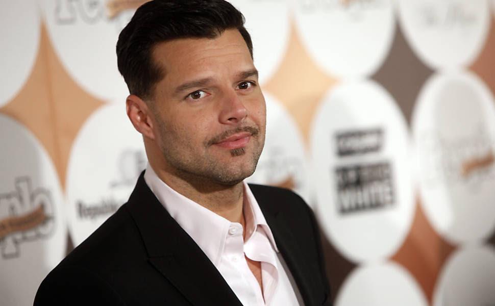 O cantor Ricky Martin divulgou que era gay por meio de seu site