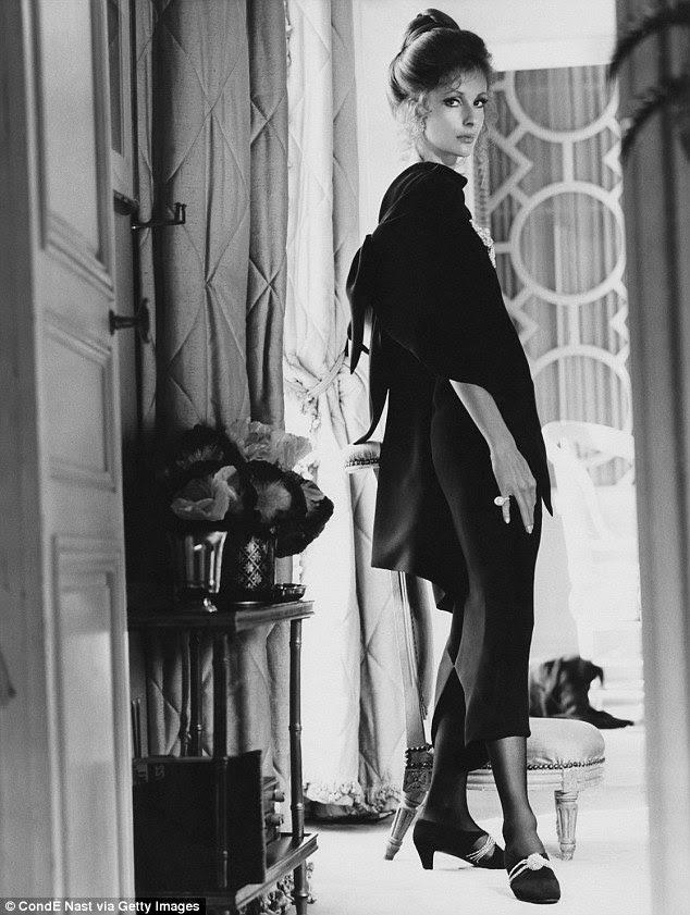 Ícone de socialidade e estilo Dolores Guinness em um vestido preto de Givenchy em Vogue em 1970