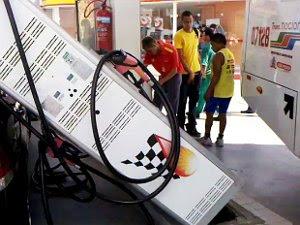 Ônibus derruba bomba sobre carro em posto de combustíveis (Foto: Do G1 PB)
