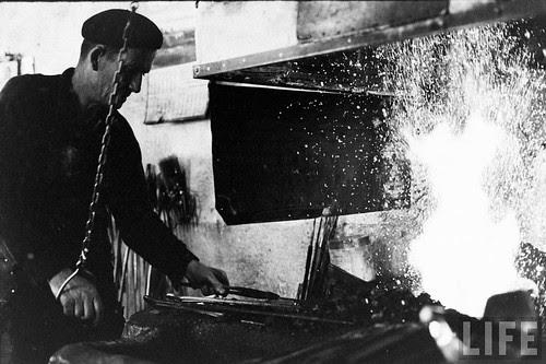 Fábrica de espadas, damasquinado y armaduras de Toledo en 1965. Fotografía de Carlo Bavagnoli. Revista Life (20)
