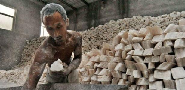A maior parte das pessoas vítimas da escravidão moderna trabalha em indústrias como agricultura, pesca, construção, confecção têxtil, mineração, serviços e trabalho doméstico.