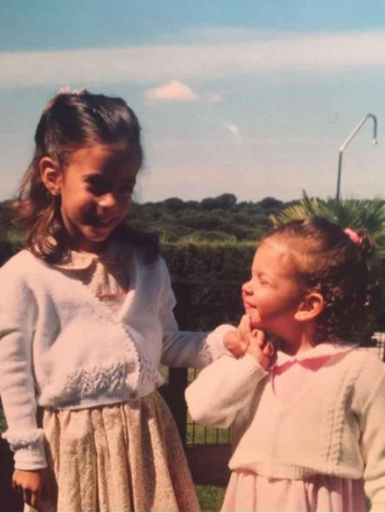 Una foto de la niñez de Diana (izquierda) y de su hermana, Valeria.