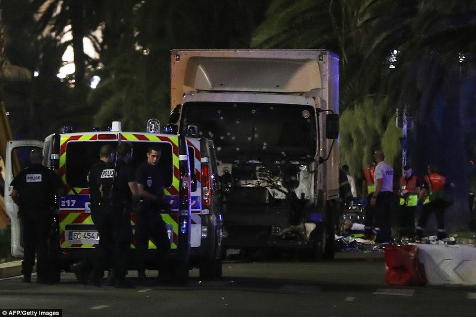 Um caminhão arado através de um grande grupo de pessoas em Nice durante um ataque terrorista que matou 'dezenas de vidas'