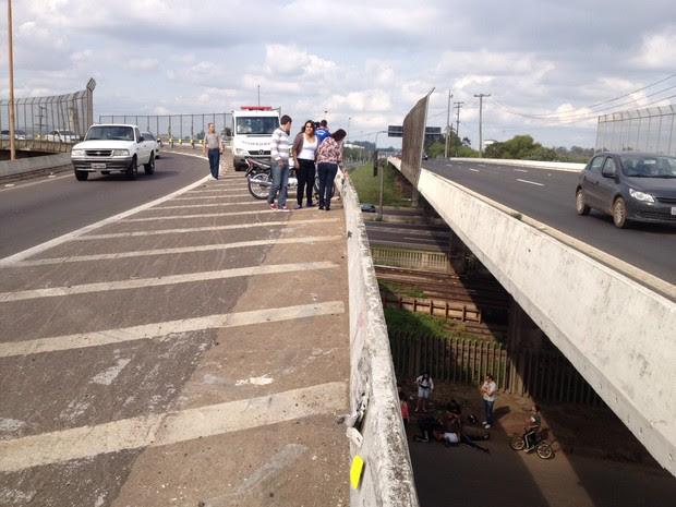Motoqueiro cai de alça da freeway em Canoas (Foto: Luciane Kohlmann/RBS TV)