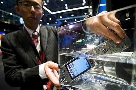 Un móvil sumergible de Fujitsu en la feria World Telecom 2009 de Ginebra. | Reuters