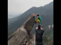 Chino se cae por la montaña