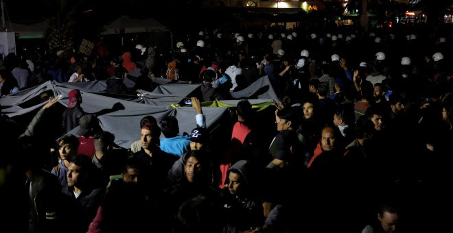 La plaza de Mitilene, en Lesbos, antes de que los ultraderechistas empezaran a perseguir y atacar a los refugiados afganos que protestaban contra su situación.- REUTERS