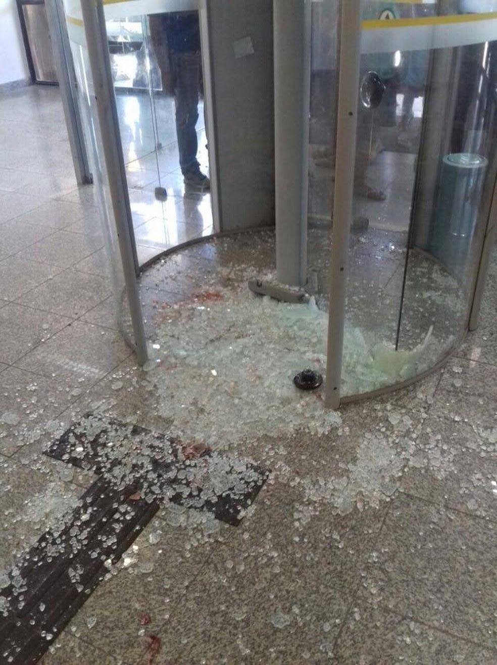 Homem foi baleado na frente da agência do Banco do Brasil no Alecrim (Foto: Divulgação/PM )