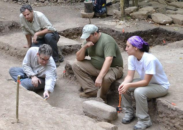 Marcello A. Canuto, diretor do Middle Tulane da American Research Institute, analisa hieróglifos no local da escavação La Corona, na Guatemala
