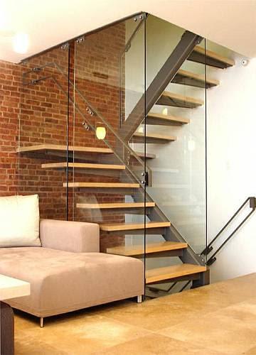 Simples escada metálica.