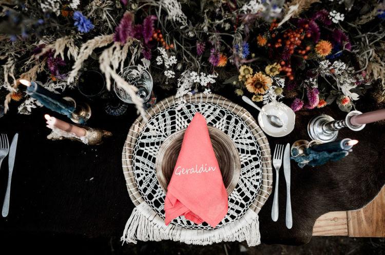 Theere wurden Traumfänger verwendet anstelle der Ladegeräte, Wildblumen und bunten Kerzen