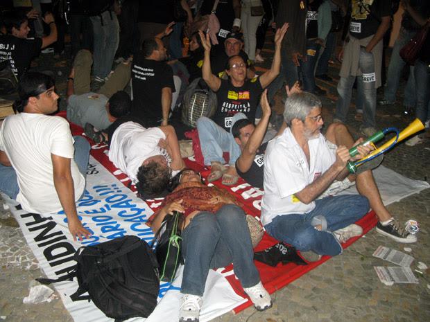 Professores montaram acampamento em frente ao prédio da Secretaria estadual de Educação, no Centro do Rio, nesta terça (12) (Foto: Mylène Neno/G1)