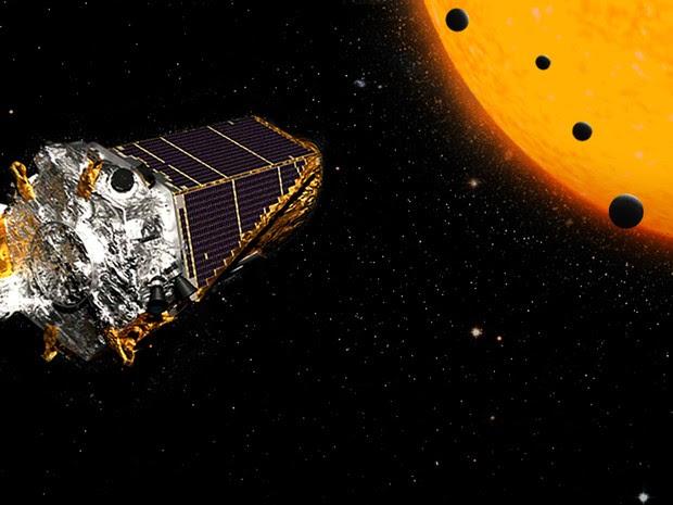 Concepção artística do telescópio espacial Kepler e dos quatro planetas com tamanhos parecidos com a Terra descobertos em missão  (Foto: K2 Nasa/JPL)