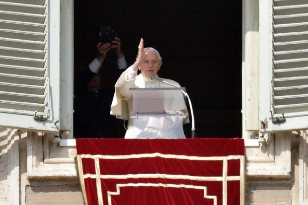 Bento XVI durante oração neste domingo (Foto: Alberto Pizzoli/AFP)