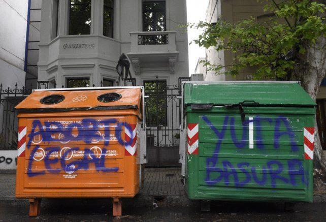 Contenedores. El paso de la marcha de mujeres quedó plasmado en los contenedores de residuos.