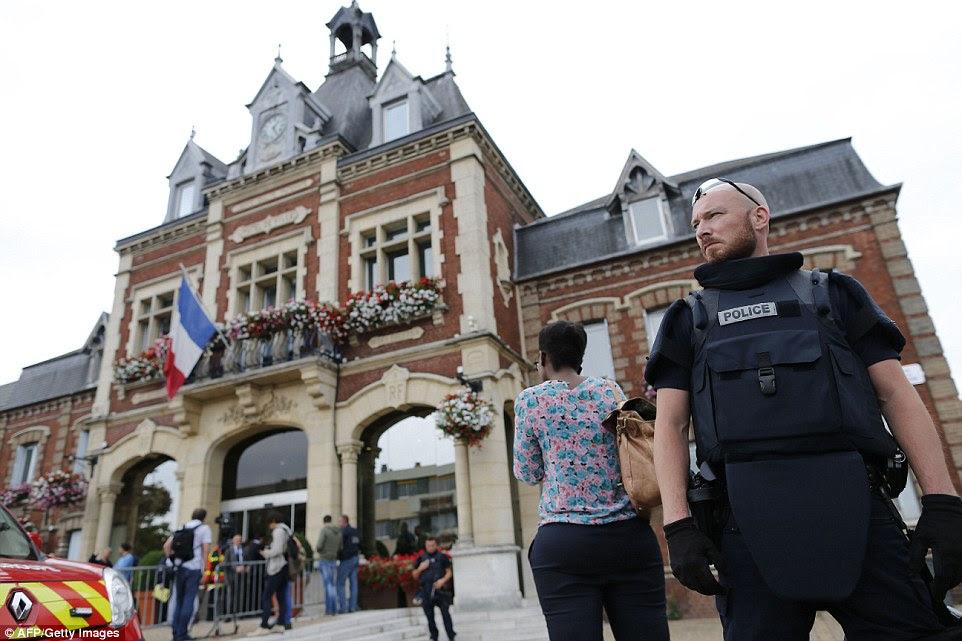 Ele surgiu Saint-Etienne-du-Rouvray era um de um número de igrejas católicas sobre um terrorista 'lista negra' encontrado em um suspeito terrorista ISIS.  Polícia ficamos de guarda na cidade