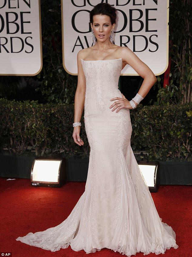 Prazer em branco: Kate Beckinsale usava um vestido sem alças, Roberto Cavalli com enfeite de paetês delicados e detalhe plissado chiffon em torno dela saia