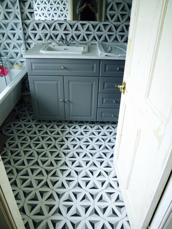 How we tiled the bathroom with hexagon tiles - Friendly Nettle
