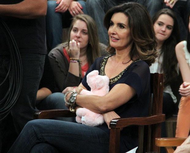 Fátima Bernardes segura o urso de pelúcia que ganhou de presente (Foto: TV Globo/Altas Horas)