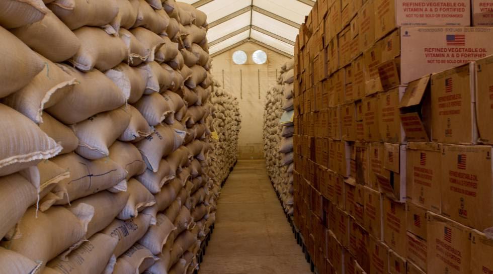 El almacén del Programa Mundial de Alimentos en Diffa, atestado de sacos de cereal y latas de aceite para enviar a la población más vulnerable.