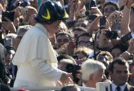Francesco, sopra la papalina l'elmetto da pompiere |Foto