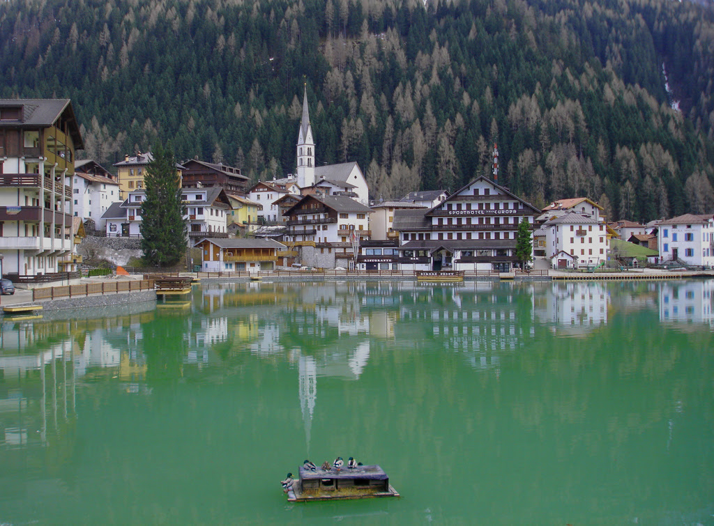 http://upload.wikimedia.org/wikipedia/commons/7/7b/Alleghe_lake.jpg