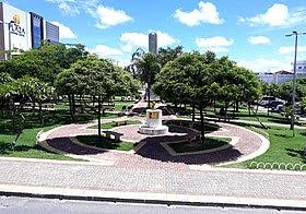 Praça Monsenhor Caminha, no Centro de Pau dos Ferros, com o Obelisco ao fundo.