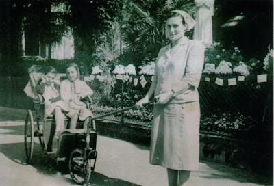 Anna Santaniello curada ajuda um doente em Lourdes, Lourdes 150º aniversário das aparições