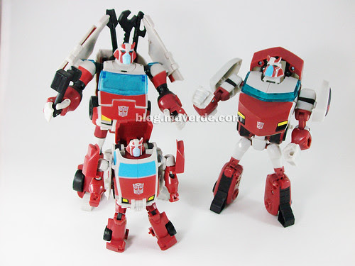 Transformers Ratchet Animated Deluxe (Cybertronian) vs Ratchet (Earth) - modo robot