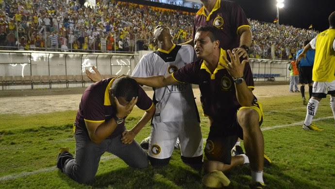 Comissão técnica do Globo FC festeja a conquista do primeiro turno do estadual (Foto: Jocaff Souza)
