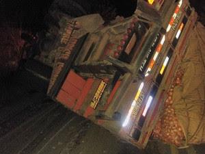 Caminhão de cebola ficou tombado na pista (Foto: Augusto Urgente)