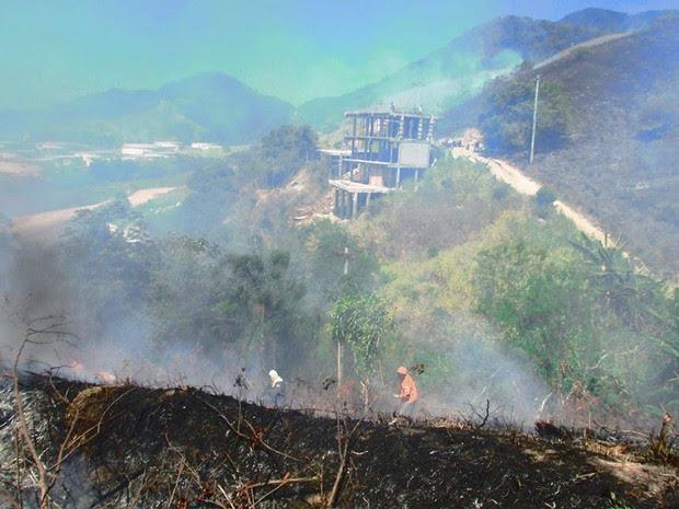 Incêndio atingiu área no Porto Grande, em São Sebastião (Foto: Josiane Carvalho/PMSS)
