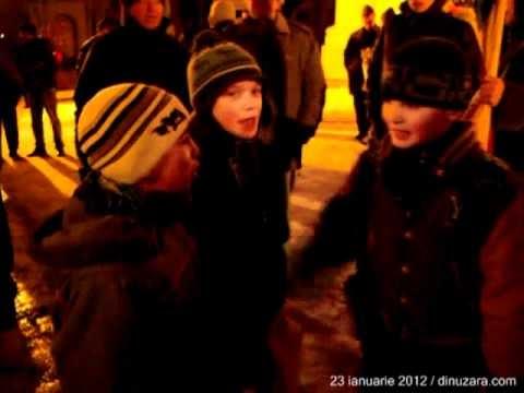 [VIDEO] Bărbat pus pe fugă de manifestanţi, salvat de jandarmi. Protest la Suceava - luni, 23 ianuarie 2012