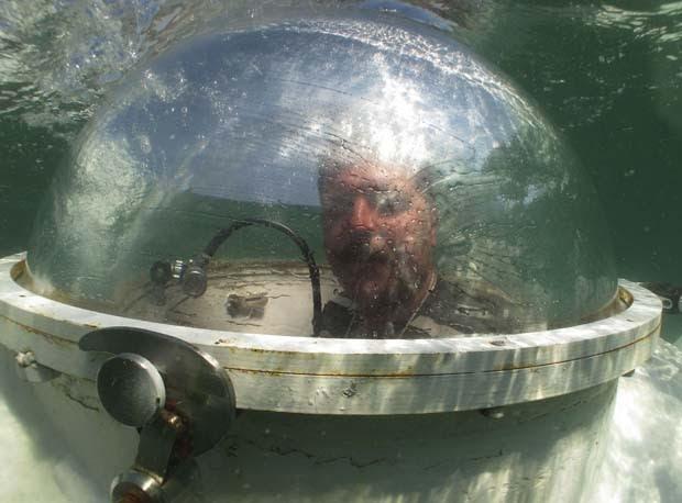 Vasyl Chikur debaixo d'água em seu submarino caseiro (Foto: Gleb Garanich/Reuters)