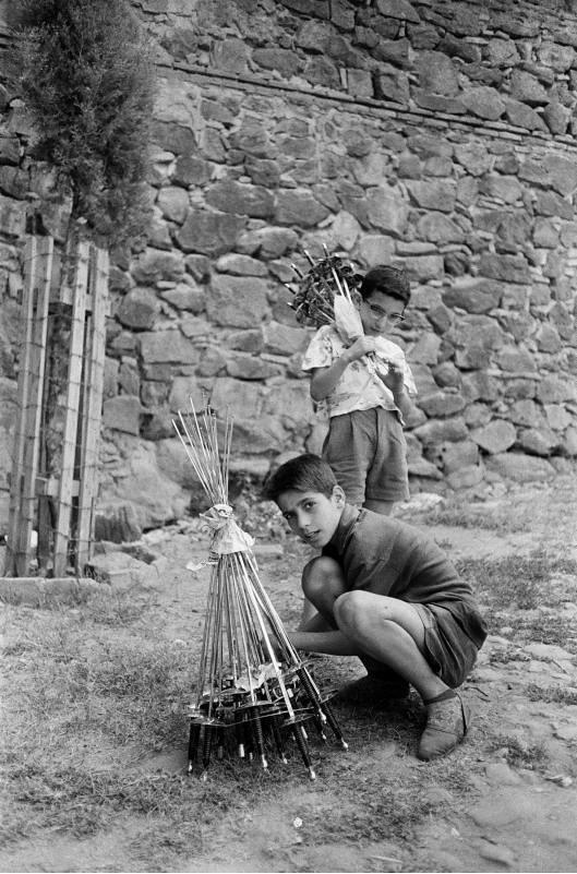 Niños con espadas típicas de Toledo en septiembre de 1962. Fotografía de Harry Weber. Österreichische Nationalbibliothek