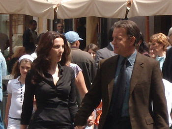 English: Tom Hanks and Ayelet Zurer outside of...