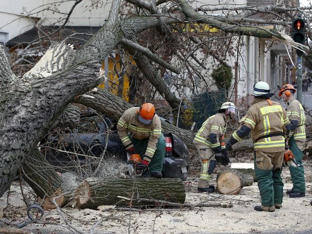 Ventos fortes prejudicam transportes na Europa e deixam quatro mortos (Foto: Reuters)