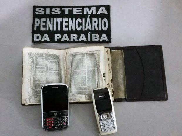 Páginas foram recortadas de forma a ocultar completamente os celulares com o livro fechado (Foto: Divulgação/Charles Mota)