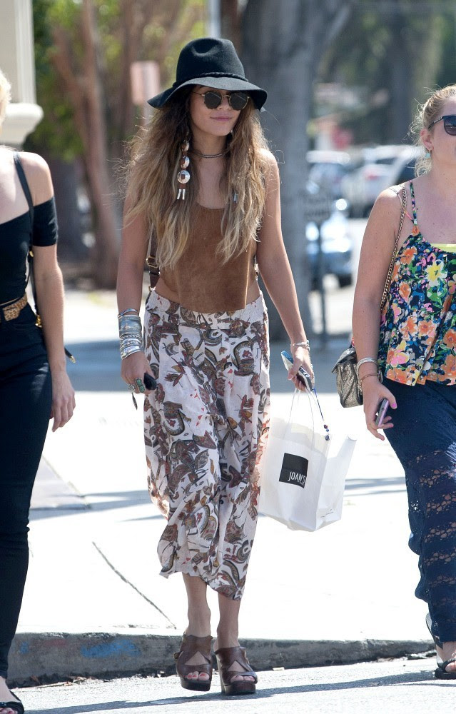 Vanessa Hudgens and Her Friends Grab Lunch