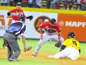 Jonathan Villar (6) se estafa su décima base de la temporada en la quinta entrada.