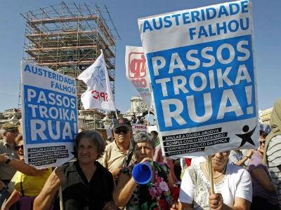 Ciudadanos portugueses, el pasado septiembre, en una protesta contra las medidas del Gobierno de Passos Coelho. EFE